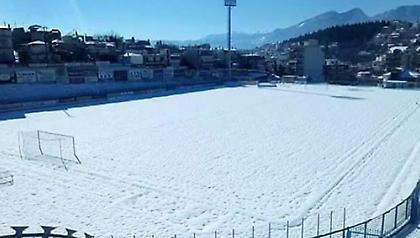 Στρωμένο με χιόνι το γήπεδο της Λαμίας – Στον «αέρα» το ματς με Παναθηναϊκό (pics)