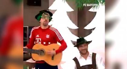 ΕΠΟΣ: Ο… χριστουγεννιάτικος Ριμπερί τραγουδά  τα γερμανικά κάλαντα (video)