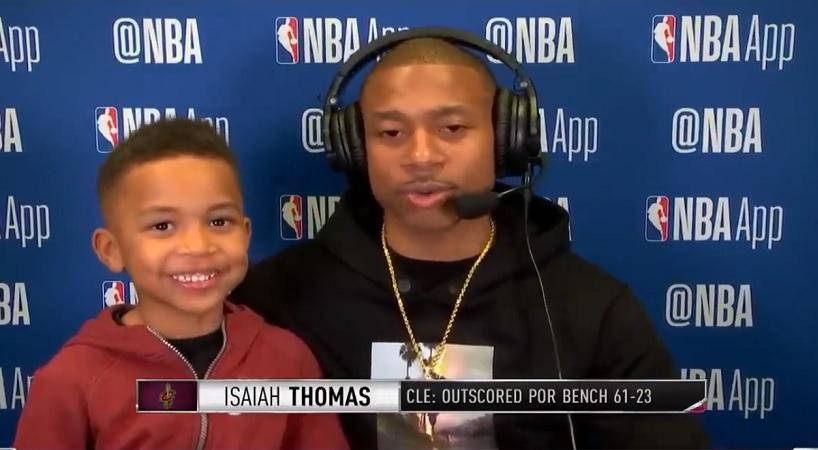 Ο γιος του Αϊζέια Τόμας τρόλαρε τη συνέντευξη του μπαμπά του (video)