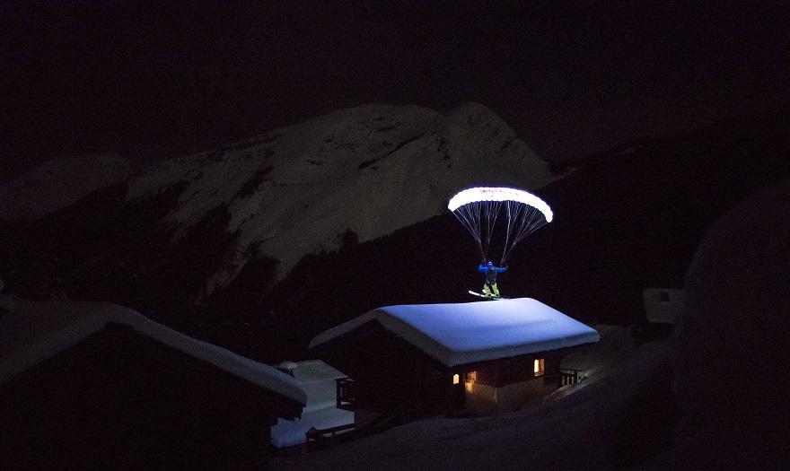 Moonline: Ο Valentin Delluc κάνει νυχτερινό speedriding σε ένα τεράστιο παγετώνα