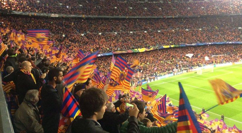 Σήκωσε την… ισπανική σημαία στο «Καμπ Νου» ανάμεσα σε πανό για την ανεξαρτησία (pic)