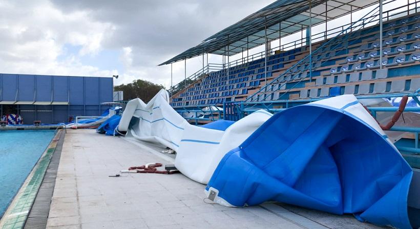 Οι θυελλώδεις άνεμοι «σήκωσαν» το κολυμβητήριο Χανίων (pics)