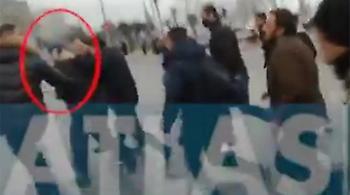 Η στιγμή της επίθεσης στον Κώστα Ζουράρι (video)