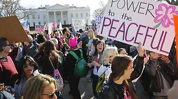 Πορείες στα… ροζ κατά του Τραμπ και σε Λονδίνο, Παρίσι, Βερολίνο