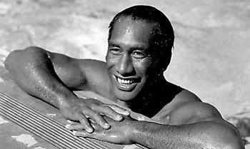 Ντιούκ Καχαναμόκου: Ο Ολυμπιονίκης που γιγάντωσε το σέρφινγκ και... αμερικανοποίησε τη Χαβάη