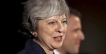 Εκατέρωθεν πιέσεις για το Brexit δέχεται η Μέι
