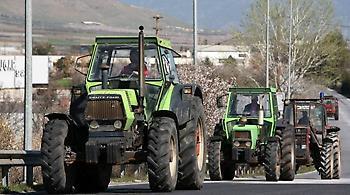 Στους δρόμους οι αγρότες: Στήθηκε το πρώτο μπλόκο, ακολουθούν τα υπόλοιπα