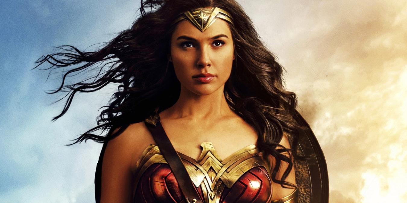 Με τεράστιο ντεκολτέ στο κόκκινο χαλί η Wonder Woman