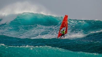 Ο γιος του ανέμου Νίκος Κακλαμανάκης δαμάζει τρομακτικά κύματα (pics)