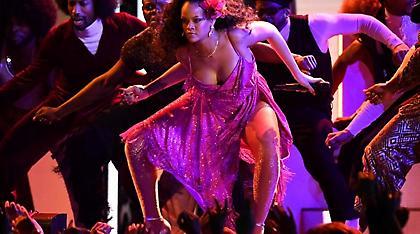 Τα «έδωσε όλα» η Rihanna στα Grammys: Καυτός «άγριος» χορός με... επικίνδυνο ντεκολτέ