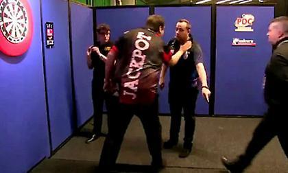 Παραλίγο ξύλο παικτών σε αγώνα με βελάκια (video)