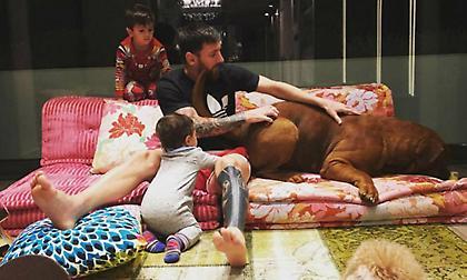 Ο Μέσι ποζάρει με τον τεράστιο σκύλο του (pics)