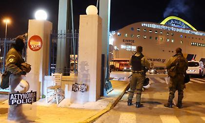Βίντεο από την ένταση στο λιμάνι του Πειραιά! (pics)