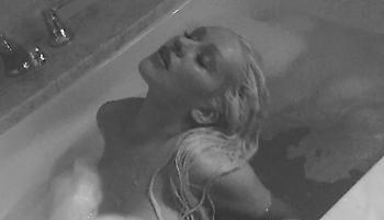 Η Κριστίνα Αγκιλέρα ποζάρει ολόγυμνη στην μπανιέρα της