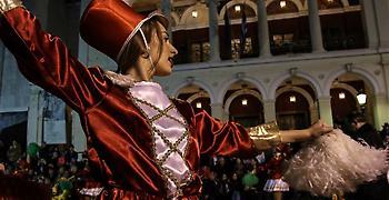 Σε ρυθμούς καρναβαλιού η Πάτρα - Στις 14.00 ξεκινάει η μεγάλη παρέλαση