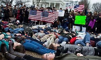 «Είμαι ο επόμενος; Μαθητές ξάπλωσαν έξω από τον Λευκό Οίκο κατά της οπλοκατοχής