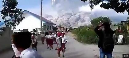 Τρομακτικές σκηνές στην Ινδονησία: Πανικόβλητοι μαθητές τρέχουν να σωθούν από έκρηξη ηφαιστείου