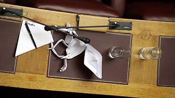 Χάλασαν μέχρι και τα ...μικρόφωνα στη Βουλή