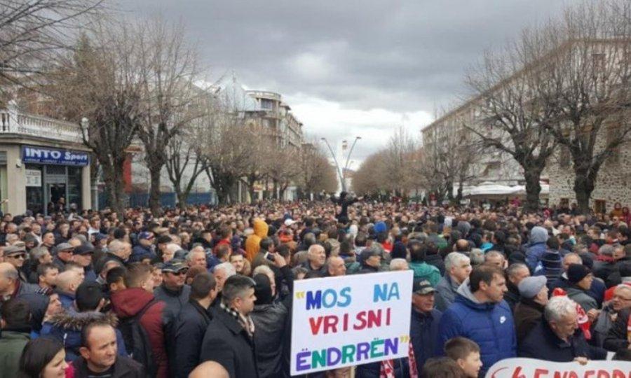 Οπαδοί της Σκεντερμπέου σε διαδήλωση εναντίον της UEFA