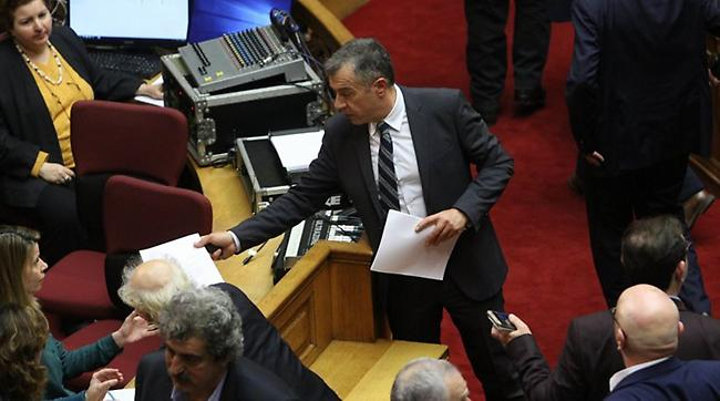Ο Θεοδωράκης κατήγγειλε διαδικασία-κλωτσοσκούφι για τη Novartis και δεν μίλησε στη Βουλή