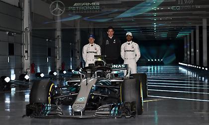 Εντυπωσιακά αποκαλυπτήρια για τη νέα Mercedes (pics/video)