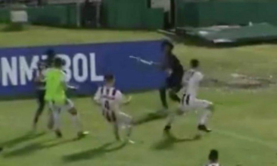 Φοβερό σκηνικό σε επεισόδια: Παίκτης κινήθηκε με το… σημαιάκι του κόρνερ εναντίον αντιπάλων (video)