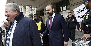 Πρώην συνεργάτης του Τραμπ δήλωσε ένοχος και συνεργάζεται με τον Μούλερ