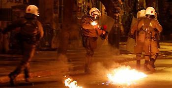 Επιθέσεις με μολότοφ, ώς τα ξημερώματα, στα Εξάρχεια- Δεν έγιναν προσαγωγές