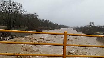 Τα ποτάμια πνίγουν τον νομό Τρικάλων
