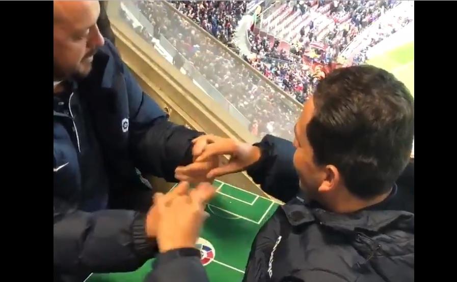 Τυφλός οπαδός της Μπάρτσα βλέπει το ματς με τη βοήθεια του αδερφού του (video)