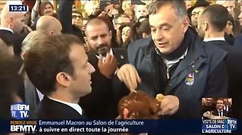 Βίντεο: Δύο... κότες έκαναν δώρο στον Μακρόν οι Γάλλοι αγρότες