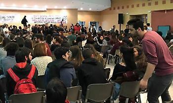 Εισβολή φοιτητών στο υπουργείο Παιδείας: Κατέλαβαν το αμφιθέατρο, κάνουν συνέλευση (video)