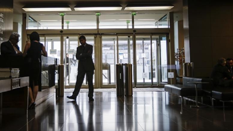 ΟΟΣΑ: Η «μαύρη εργασία» το μεγαλύτερο βαρίδι για την Ελλάδα
