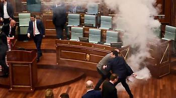Κόσοβο: Βουλευτές της αντιπολίτευσης έριξαν δακρυγόνα μέσα στη Βουλή