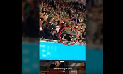Οπαδός πήγε να πετάξει άλλον οπαδό από το πάνω διάζωμα! (video)