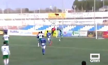 Τερματοφύλακας έφαγε γκολ από τερματοφύλακα. Και τα έβαλε με τον αέρα… (video)