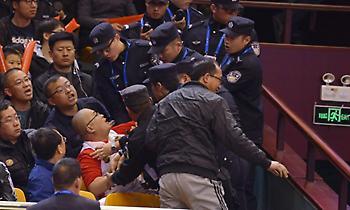 Μικροεπεισόδιο και αποβολή… φιλάθλου στο ματς του Μπουρούση στην Κίνα! (pics)
