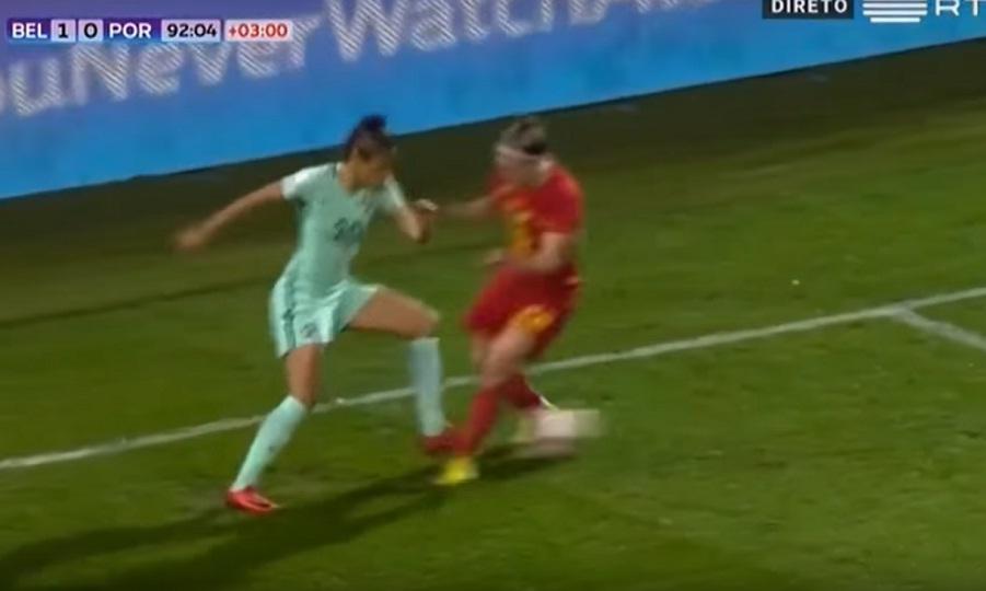 Απίθανη ντρίμπλα σε γυναικείο ποδόσφαιρο (video)