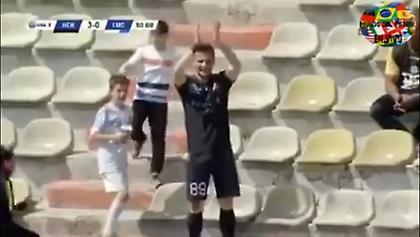 «Θεούλης»: Πήγε στην εξέδρα και… χειροκρότησε το γκολ του!