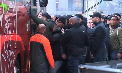 Οργή λαού στον Άγιαξ: Την έπεσαν στο πούλμαν της αποστολής μετά την ήττα στο ντέρμπι! (pics/video)