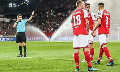 Ο ρέφερι του Μάιντς-Φράιμπουργκ έδωσε πέναλτι αφού έληξε το ημίχρονο φωνάζοντας πίσω τους παίκτες!