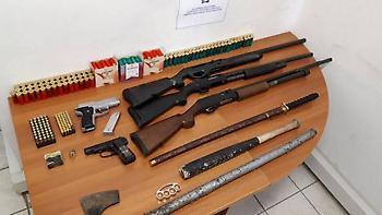 Θεσσαλονίκη: Πατέρας και γιος έκρυβαν οπλοστάσιο & 250.000 ευρώ
