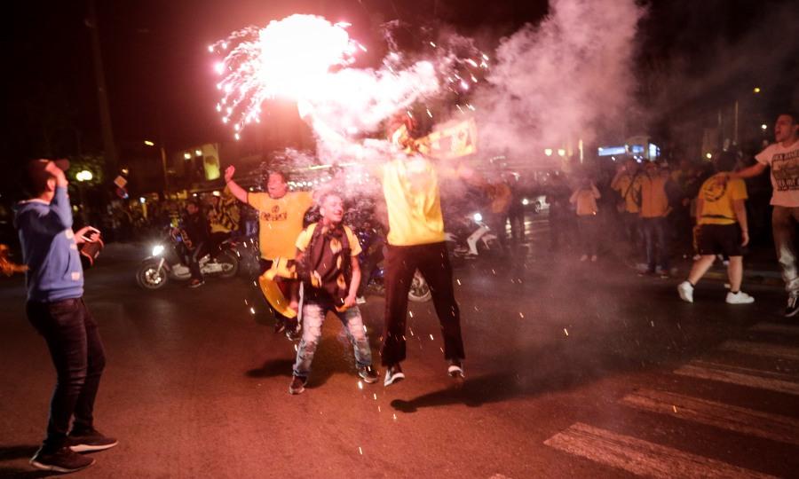 Στο… πόδι η Νέα Φιλαδέλφεια: Έστησαν πάρτι οι οπαδοί της ΑΕΚ! (pics/vids)