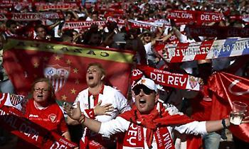 «Στόλισαν» τους παίκτες οι οπαδοί της Σεβίλλης (video)