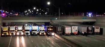Ηθελε να πηδήξει από γέφυρα -Εφτιαξαν «τείχος» με 13 φορτηγά και τον έσωσαν (pic)