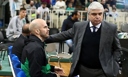 Η Ευρωλίγκα απαγόρευσε στον Μάνο Παπαδόπουλο να κάθεται στον πάγκο