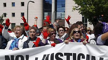Ισπανία: Χιλιάδες διαδηλωτές στους δρόμους μετά την αθώωση πέντε ανδρών για τον ομαδικό βιασμό μιας
