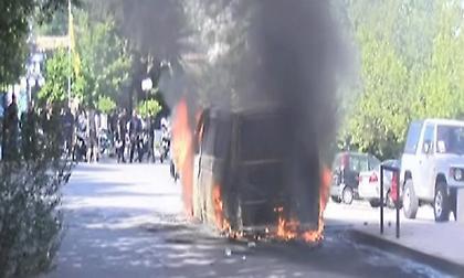 Οπαδοί της ΑΕΚ ξυλοκόπησαν οπαδούς του ΠΑΟΚ και έκαψαν το όχημά τους