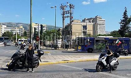 Οπαδοί του ΠΑΟΚ πετούσαν μέσα από τα λεωφορεία μπουκάλια σε αυτοκίνητα στο κέντρο της Αθήνας