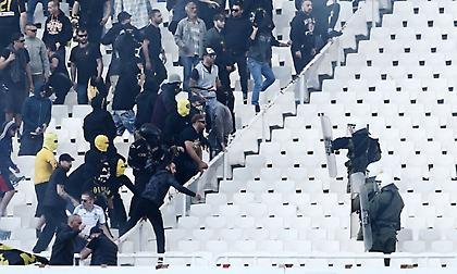 «Ντου» οπαδών της ΑΕΚ στην αστυνομία (video)